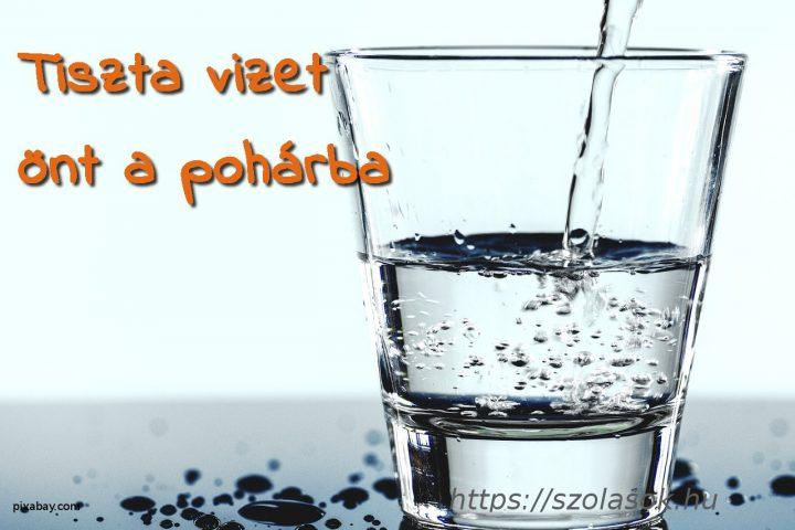 Tiszta vizet önt a pohárba