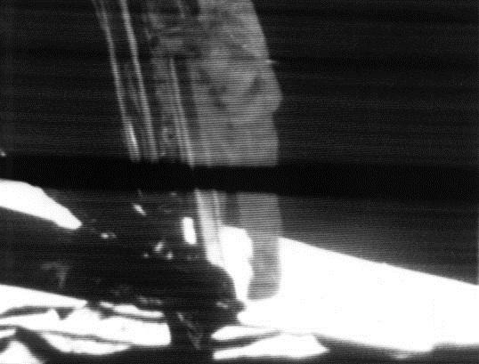 Neil Armstrong a Holdra lép
